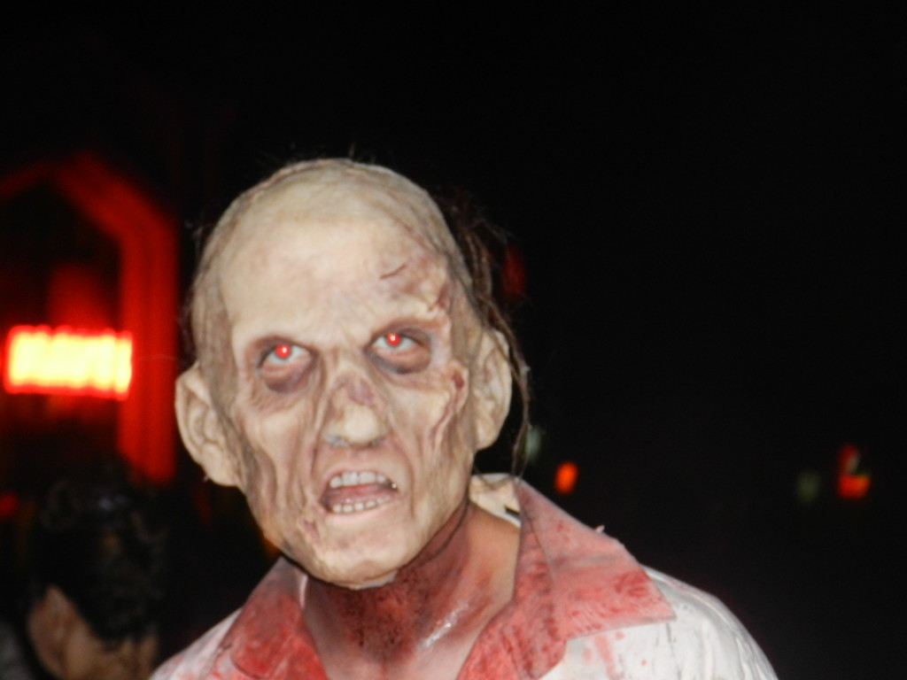 Halloween Horror Nights 2012 - The Walking Dead Walker